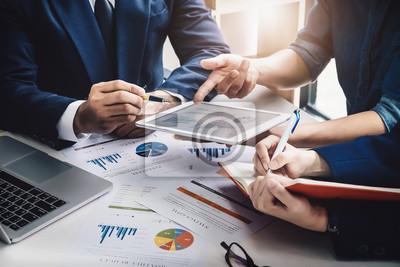Fototapeta Biznes Finanse, księgowość, kontrakt, plan marketingowy doradcy doradczego dla firmy z wykorzystaniem tabletu i technologii komputerowej w analizie.