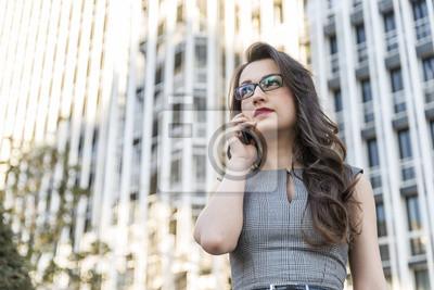 Biznes kobieta mówi telefonu na ulicy