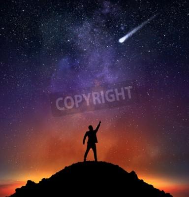 Fototapeta Biznesmen na górze wskazuje na spadającą gwiazdę