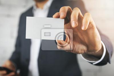 Fototapeta biznesmen ręka pokazuje pustego białego wizytówki zbliżenie