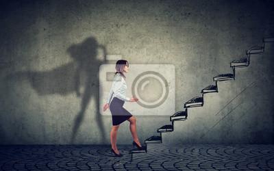 Fototapeta Bizneswoman wyobrażający sobie, że jest superbohaterem, aspiruje do robienia planów kariery