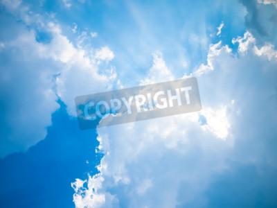 Fototapeta Błękitne niebo z słońca i piękne chmury.