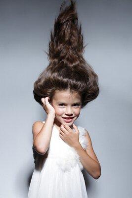 Fototapeta bliska, Portret młodej pięknej dziewczynki z ciemnymi włosami