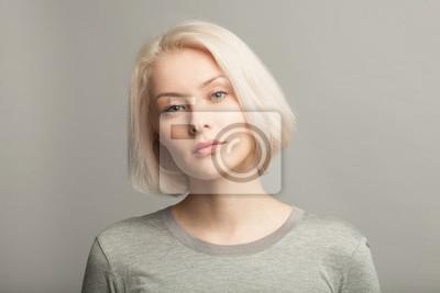 Fototapeta bliska portret młodej pięknej kobiety blondynka na szarym tle
