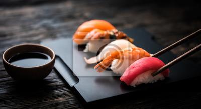 Fototapeta bliska sashimi sushi zestaw z pałeczkami i soi