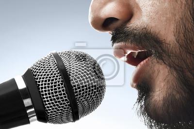 Fototapeta Bliska śpiewak śpiewa z mikrofonem
