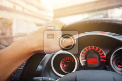 Fototapeta Bliska strony człowieka jazdy samochodem w słoneczny.