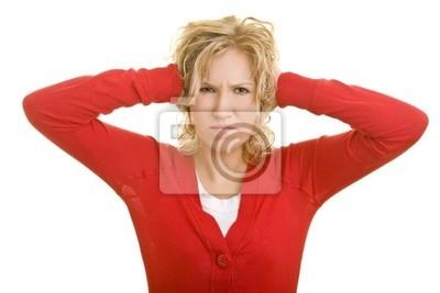 Blonde Frau hält sich genervt die zu Ohren