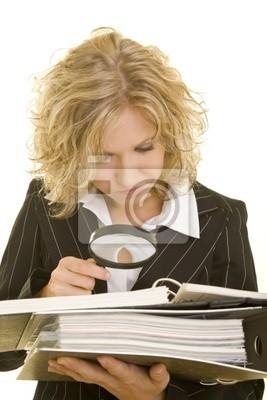 Blonde kurtka kobieta krytycznie uznanych aktów przez szkło powiększające