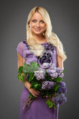 c454e8d24e Fototapeta blondynka w fioletowy strój trzyma bukiet z bzu na wymiar ...