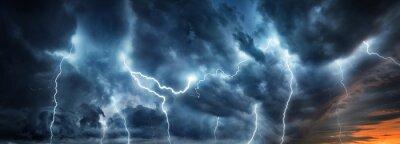 Fototapeta Błyskawica burza z błyskawicami nad nocnym niebem. Koncepcja na temat pogody, kataklizmy (huragan, tajfun, tornado, burza)