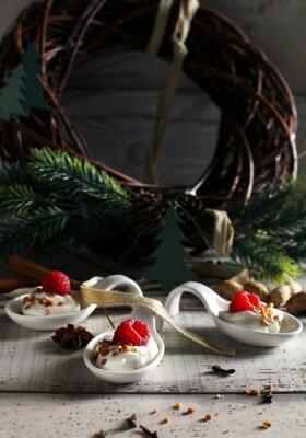 Boże Narodzenie deser: Słodki deser z malin creme i święta przyprawami anyżu cynamonem
