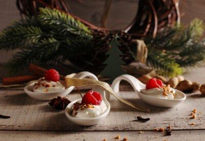 Fototapeta Boże Narodzenie deser: Słodki deser z malin creme i święta przyprawami anyżu cynamonem