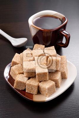 Brązowy kostki cukru i filiżanka kawy