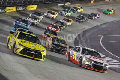 Fototapeta Bristol, TN - 19 kwietnia 2015: The NASCAR Sprint Cup Series zabrać na tor za jedzenie Miasta 500 w Bristol Motor Speedway w Bristolu, TN.