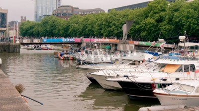 Bristol, UK - Lipiec 16, 2016: Cumować łodzie przy Bristol schronienia festiwalem w Historycznym schronieniu. Bristol. Avon. Z tłumami przekraczającymi most Pero