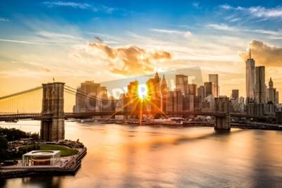 Fototapeta Brooklyn Bridge i skyline Lower Manhattan na zachodzie słońca, patrząc z Manhattan Bridge