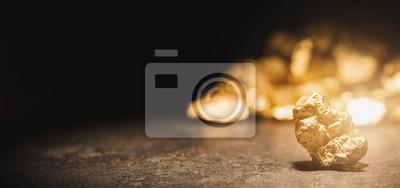 Fototapeta bryłka złota przed kopcem złota