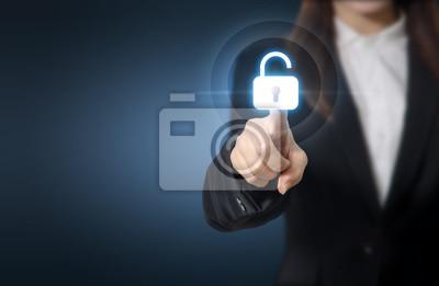 Fototapeta Businesswoman naciskając odblokowanie na wirtualnych ekranach technologii atakiem cybernetycznym, przestępczość komputerowa, bezpieczeństwa informacji i szyfrowania danych. Skopiuj miejsca.