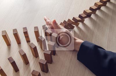 Fototapeta Businesswoman ręka zatrzymanie efektu domina drewniany koncepcji biznesowych.