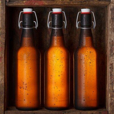 Fototapeta Butelek piwa z rocznika szczytach skrzydłowych w starej drewnianej skrzyni