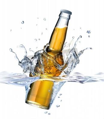 Fototapeta Butelka piwa jasne upadku do wody, tworząc splash korony przeglądali od strony bliska, z także części pod widocznym wody na białym tle