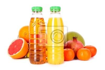 butelki soku z dojrzałych owoców na białym tle