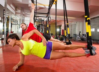 Fototapeta Centrum ćwiczeń TRX szkolenia w siłowni Kobieta i mężczyzna