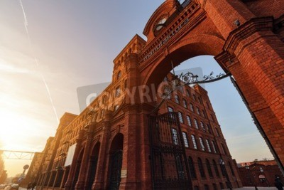 Fototapeta Centrum handlowe w Łodzi przekształcona z produkcji budynki w eleganckim miejscem na zakupy na zachodzie słońca, Polska.