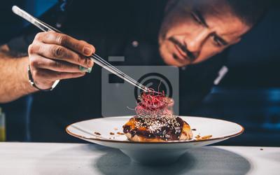 Fototapeta Chef ogląda jej jedzenie