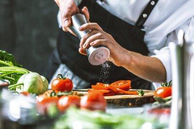 Fototapeta Chefkoch in der Küche mit Frischem Gemüse (Tomaten)