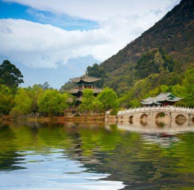 Fototapeta Chińska pagoda odzwierciedla w jeziorze