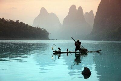 Fototapeta Chiński mężczyzna połowów z kormorany ptaków
