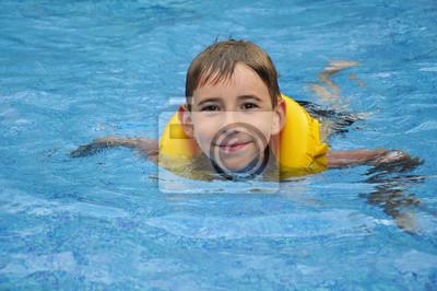 Chłopiec pływania