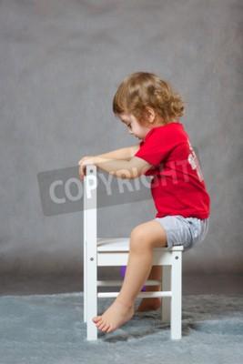 9199d3e70b chlopiec-z-trzech-lat-jedzie-na-krzeslo-jakby-to-byl-kon-400-87233418.jpg