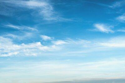 chmury z niebieskim tle nieba