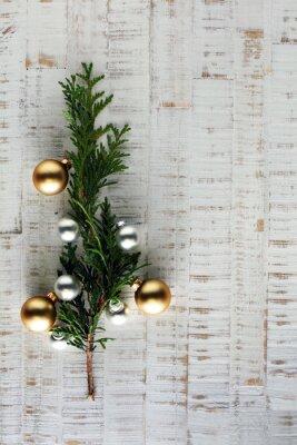 Fototapeta Choinka i dekoracje na drewnianym tle miejsca na napis
