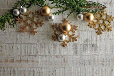 Choinka i dekoracje na drewnianym tle miejsca na napis