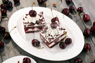 Ciasto czekoladowe z wiśniami i bitą śmietaną. Ciasto z czarnego lasu