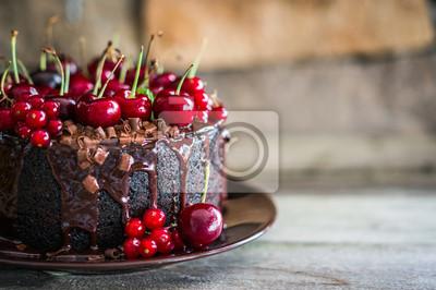 Fototapeta Ciasto czekoladowe z wiśniami na tle drewniane