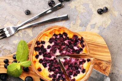 Ciasto jagodowe lub domowy sernik z jagodami. Delikatna jagodowa tarta deserowa
