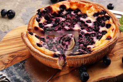 Ciasto jagodowe lub domowy sernik z jagodami. Delikatna tarta jagodowa deserowa
