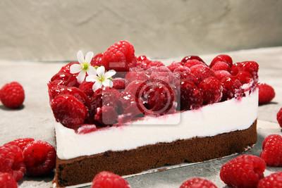 ciasto malinowe i wiele świeżych malin.