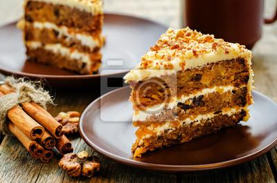 Fototapeta ciasto marchewkowe z orzechami, śliwek i suszonych moreli
