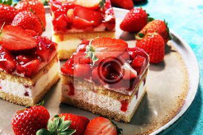 ciasto truskawkowe ze świeżymi truskawkami i bitą śmietaną.