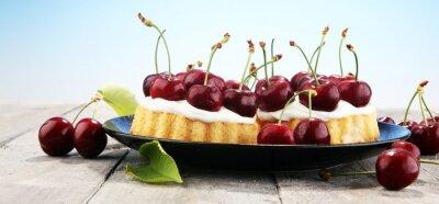 ciasto wiśniowe i kilka wiśni na stole