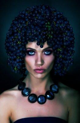 Fototapeta Ciekawy portret kobiety z ciemnych winogron