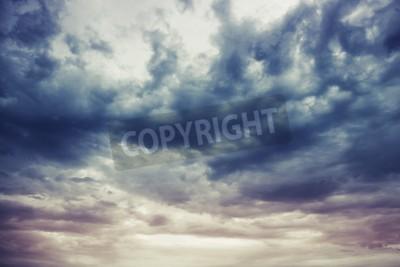 Fototapeta Ciemnoniebieski burzliwego nieba naturalne zdjęcie tła
