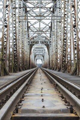 Fototapeta Ciężarowe kolejowe przechodzące przez most