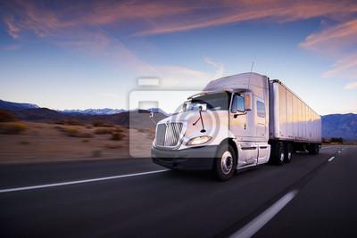 Fototapeta Ciężarówka i autostrad na zachodzie słońca - transport tło